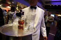Le bourbon américain devrait signer la plus forte croissance du marché mondial des spiritueux d'ici à 2020, devant la tequila, le cognac et le scotch whisky. /Photo d'archives/REUTERS/Jorge Silva