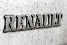 Renault a fait état jeudi d'une forte hausse de son chiffre d'affaires au premier trimestre grâce au renouvellement de sa gamme, aux ventes à ses partenaires et à l'ajout de la marque russe Lada, dont le marché national est désormais attendu en rebond. /Photo prise le 15 mars 2017/REUTERS/Gonzalo Fuentes
