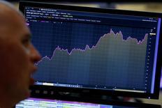 La Bourse de New York a fini en ordre dispersé jeudi, le Nasdaq inscrivant un record de clôture en profitant de résultats de sociétés solides tandis que le Dow Jones et le S&P 500 finissaient pratiquement stables, freinés par le recul du secteur de l'énergie et des valeurs bancaires. /Photo prise le 27 avril 2017/REUTERS/Brendan McDermid