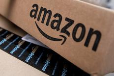 """Amazon a publié jeudi un chiffre d'affaires et un bénéfice trimestriels supérieurs aux estimations des analystes, des résultats tirés par la croissance des ventes en ligne et les activités d'informatique à distance (""""cloud"""") et salués par une hausse de 4% de l'action dans les transactions hors séance. /Photo d'archives/REUTERS/Mike Segar"""
