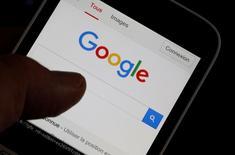 Alphabet, la maison mère de Google, a annoncé jeudi une hausse de 29% de son bénéfice trimestriel, tiré par la croissance de la publicité sur terminaux mobiles et celle de sa filiale de vidéos YouTube.  /Photo prise d'archives/REUTERS/Regis Duvignau