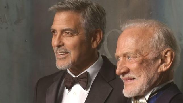 4月26日、米俳優のジョージ・クルーニーさん(左)が、ロンドンで開催されたオメガの時計「スピードマスター」誕生60周年を記念したイベントに登場し、元宇宙飛行士のバズ・オルドリンさん(右)らと写真撮影に応じた。「スピードマスター」は、1960年代からの米航空宇宙局(NASA)のミッションで宇宙飛行士らが身に着けた時計でもある。写真はロイタービデオの映像から(2017年 ロイター)