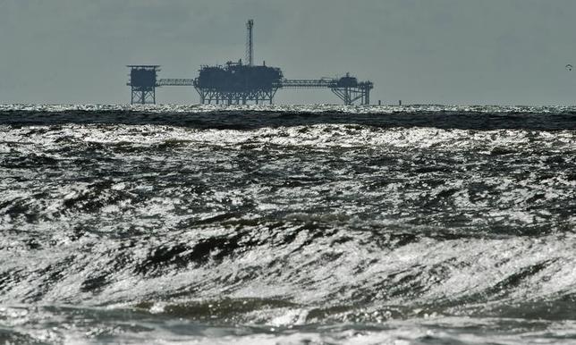 4月27日、トランプ米大統領は28日、オフショアの石油・ガス掘削禁止措置の見直しを命じる大統領令に署名する。国内のエネルギー生産拡大に向け、掘削再開の可能性を探る。写真は沖合の石油とガスの掘削施設。アラバマ州で2013年10月撮影(2017年 ロイター/Steve Nesius)
