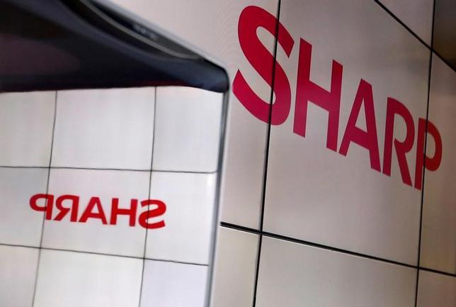 4月28日、シャープが28日発表した2017年3月期の連結業績(日本基準)は、営業損益が624億円の黒字だった。写真は昨年10月、幕張メッセで行われたCEATECで撮影(2017年 ロイター/Toru Hanai)