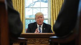 """El presidente de Estados Unidos, Donald Trump, dijo a Reuters el jueves que renegociará o abandonará lo que calificó como un """"horrible"""" acuerdo de libre comercio con Corea del Sur y dijo que Seúl debería pagar por un sistema antimisiles estadounidense que dijo costó 1.000 millones de dólares. En la imagen Trump habla durante una entrevista con Reuters en la Casa Blanca, Washington, el 27 de abril de 2017. REUTERS/Carlos Barria"""