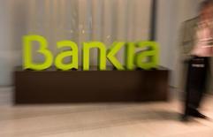 Bankia a publié vendredi un bénéfice net en hausse de 28% au premier trimestre, la contraction des revenus tirés de la distribution de crédit étant compensée par un bond de l'activité de trading. /Photo d'archives/REUTERS/Sergio Perez
