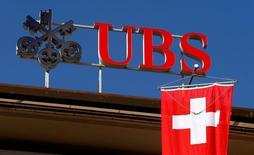 El banco suizo UBS comenzó 2017 con un salto de un 79 por ciento en su beneficio neto, después de que una perspectiva más brillante impulsase su banca de inversión y las operaciones de los clientes en su negocio principal de gestión de patrimonio. En la imagen, la bandera suiza bajo el logo de UBS en Zúrich, Suiza, el 24 de abril de 2017. REUTERS/Arnd Wiegmann