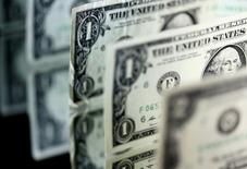 Долларовые банкноты. Доллар вырос на утренних торгах в Азии, однако завершит месяц снижением к корзине основных валют; евро приостановил рост после того, как ЕЦБ подтвердил приверженность политике смягчения. REUTERS/Dado Ruvic/Illustration