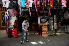 Las ventas minoristas en España mostraron un crecimiento algo más sostenido en marzo, mientras que el dato del mes anterior fue revisado al alza en cuatro décimas. En la imagen, un trabajador barre el suelo de la puerta de una tienda turística en el centro de Madrid, España, 27 de abril de 2017. REUTERS/Susana Vera