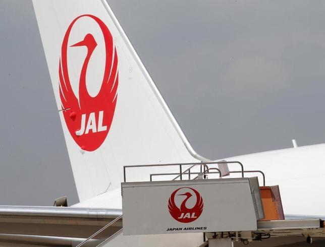 4月28日、日本航空は、2017年度から20年度までの中期経営計画を発表した。東京オリンピック・パラリンピックの開催や発着枠拡大で増加が予想される海外からの訪日客向けなどのサービスを強化する一方、事故やテロの脅威に対応する安全・保安システムを拡充する。写真は羽田空港で昨年8月撮影(2017年 ロイター/Kim Kyung Hoon)
