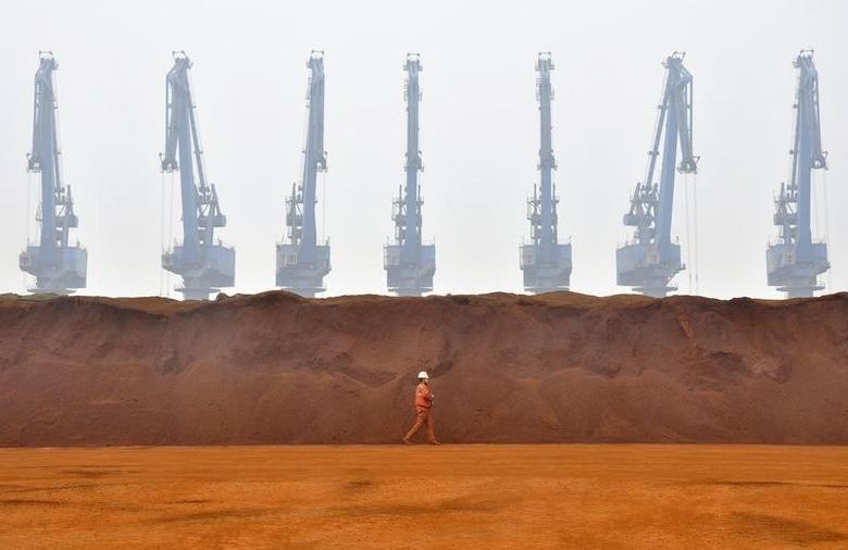 资料图片:2010年3月,天津一港口的铁矿石码头。REUTERS/Vincent Du
