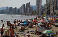España recibió en marzo la visita de 4,9 millones de turistas internacionales, un 6,1 por ciento más que en el mismo mes de 2016, pese a que el pasado año la Semana Santa se celebró en dicho mes, lo que demuestra el fuerte ritmo de crecimiento de un sector clave en la economía del país. En la foto de archivo turistas en la playa en Benidorm el 24 de junio de 2016. REUTERS/Heino Kalis