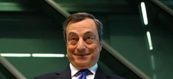La inflación de la zona euro subió más de lo esperado y alcanzó el objetivo del Banco Central Europeo y la inflación subyacente se incrementó a su nivel más alto en más de tres años, según las primeras estimaciones de la agencia de estadísticas de la UE. En la imagen de archivo, el presidente del BCE, Mario Draghi, llega a una rueda de prensa en la sede del BCE en Fráncfort, Alemania, 27 de abril de 2017.  REUTERS/Kai Pfaffenbach