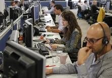 Trader al lavoro.   REUTERS/Luke MacGregor