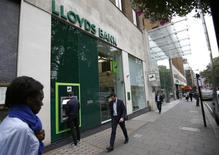L'Etat britannique a ramené sa participation dans Lloyds Banking Group sous 1%, ce qui devrait lui permettre de parvenir à un désengagement complet de la banque dans les prochains semaines. /Photo d'archives/REUTERS/Peter Nicholls