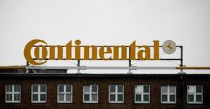 Здание Continental в Ганновере. Немецкий поставщик автомобильных деталей Continental сообщил, что ожидает достичь целевых финансовых показателей в 2017 году, отчитавшись о превзошедшем ожидания росте прибыли в первом квартале.   REUTERS/Morris Mac Matzen