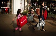 La economía de Estados Unidos creció a su ritmo más débil en tres años en el primer trimestre debido a que el gasto del consumidor subió levemente y las empresas invirtieron menos en inventarios, lo que podría constituir un revés para las promesas del presidente de Estados Unidos, Donald Trump, de impulsar el crecimiento. Imagen de archivo de personas de compras en un centro comercial en Los Ángeles, California, el 26 de noviembre de 2013. REUTERS/Lucy Nicholson