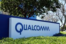 Apple a décidé de ne plus reverser à Qualcomm les redevances dont ses sous-traitants doivent s'acquitter tant que le litige avec ce dernier ne sera pas réglé, a annoncé vendredi le spécialiste des semi-conducteurs. /Photo prise le 18 avril 2017/REUTERS/Mike Blake