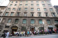 Fila de pessoas desempregadas em frente a uma casa de caridade em São Paulo. 08/03/2016 REUTERS/Paulo Whitaker