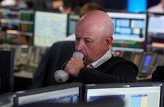 Un trader al lavoro.    REUTERS/Russell Boyce
