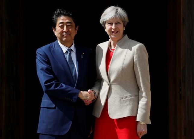 4月28日、安倍晋三首相が英国のメイ首相と会談した。写真はウェンドバー付近で同日代表撮影(2017年 ロイター)