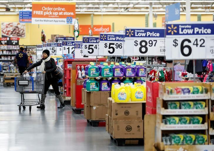 资料图片:2016年11月,芝加哥,顾客在一家沃尔玛超市内的购物。REUTERS/Kamil Krzaczynski