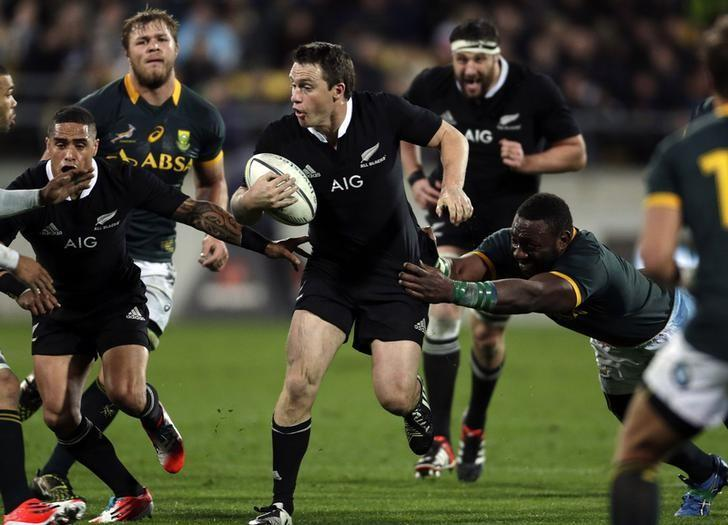 South Africa's Springboks Tendai Mtawarira (R) tackles New Zealand's All Blacks Ben Smith during their Rugby Championship match at Westpac Stadium in Wellington, September 13, 2014. REUTERS/Anthony Phelps