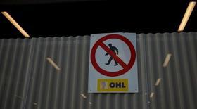 OHL ha comunicado que va a despedir a 554 trabajadores en sus negocios de construcción e industrial en España en el marco de su política de reducir costes y mejorar su viabilidad. En la imagen de archivo, el logo de la constructora en una obra en MAdrid el 29 de marzo de 2017. REUTERS/Sergio Perez