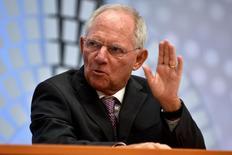 El ministro de Finanzas alemán, Wolfgang Schäuble, dijo en una entrevista con un periódico que Grecia ha realizado sólidos avances hacia la aplicación de reformas que podrían llevar a la inminente entrega de más ayuda financiera. En la imagen de archivo, el funcionario alemán durante un encuentro del FMI y el Banco Mundial en Washington el octubre de  2016. REUTERS/James Lawler Duggan