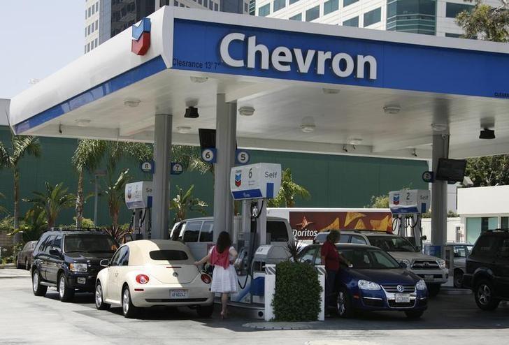 资料图片:2009年7月,美国加州Burbank,雪佛龙旗下的一座加油站。REUTERS/Fred Prouser