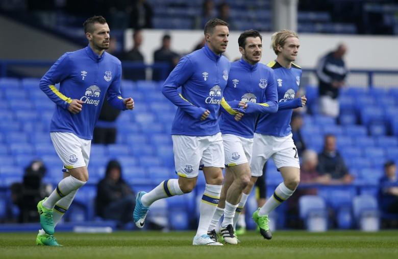 Britain Football Soccer - Everton v Leicester City - Premier League - Goodison Park - 9/4/17 Everton's Morgan Schneiderlin, Phil Jagielka, Leighton Baines and Tom Davies warm up before the match  Reuters / Andrew Yates