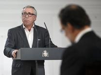 """Bajo el lema """"No hay excusas"""", los principales sindicatos españoles han convocado para este 1º de mayo más de 70 manifestaciones en toda España para denunciar lo que consideran una desconexión entre las buenas cifras macroeconómicas y la situación real de los trabajadores en el país. En la foto de archivo, el presidente de Gobierno, Mariano Rajoy (dcha) escucha a un discurso del secretario general de CCOO, Ignacio Fernandez Toxo, en el palacio de la Moncloa en Madrid el 15 de diciembre de 2014. REUTERS/Andrea Comas"""