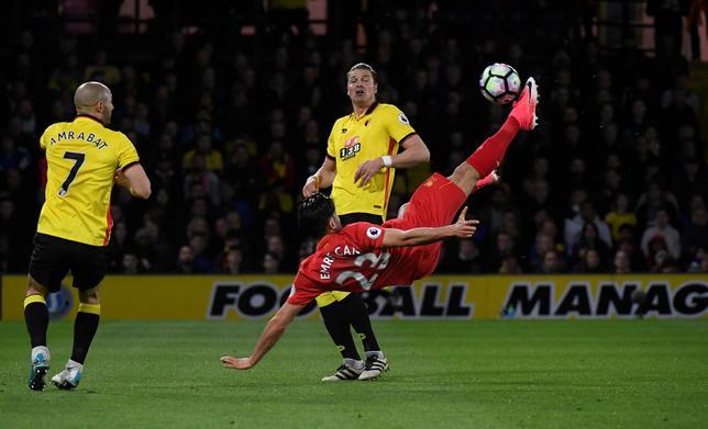 5月1日、サッカーのイングランド・プレミアリーグ、リバプールは敵地でワトフォードを1─0で下した。エムレ・ジャン(右)がオーバーヘッドキックで決勝ゴールを決めた(2017年 ロイター)
