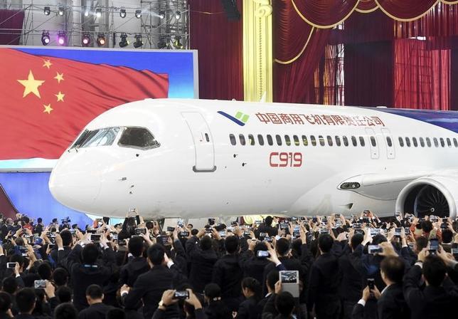 4月25日、中国初となる国産大型ジェット旅客機「C919」は5月5日にも初飛行に臨む見通しで、外国メディアやバイヤーが大挙して招かれる。写真は上海で2015年11月撮影(2017年 ロイター)