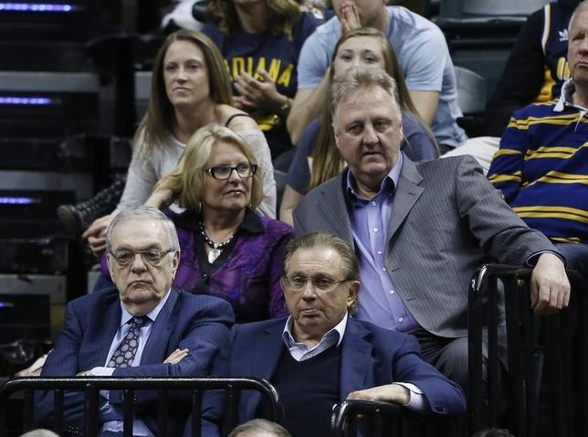 5月1日、NBAのペーサーズは、ラリー・バード球団社長(右)の辞任を公式発表した。インディアナポリスで2015年4月撮影(2017年 ロイター/BrianSpurlock-USA TODAY Sports)
