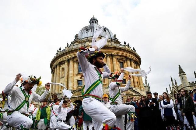 5月1日、英国の大学の町オックスフォードで、メーデーを祝う伝統行事が今年も行われ、モードリンカレッジで行われる早朝賛美歌から開始された。写真はモリスダンスのようす(2017年 ロイター/Dylan Martinez)