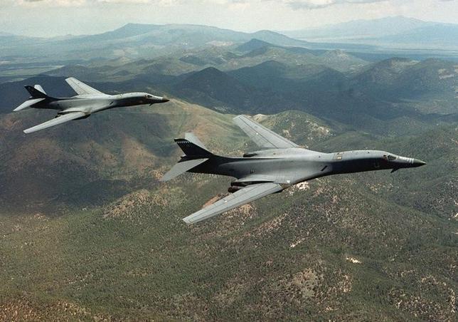 5月2日、韓国国防省報道官は、米韓合同軍事演習の一環で、米戦略爆撃機「B━1B」2機が1日に朝鮮半島上空を飛行したことを明らかにした。写真はワイオミング州を飛行するB━1B。米空軍提供(2017年/ロイター)