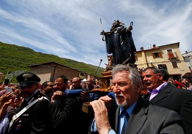 5月1日、イタリア中部の町コクッロで、毎年恒例のヘビ祭りが行われ、ヘビを巻きつけた聖人の像を住民が担ぎ町中を練り歩いた(2017年 ロイター/Tony Gentile)