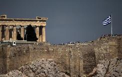 Grecia y sus acreedores extranjeros llegaron a un acuerdo el martes sobre un paquete de reformas requeridas para que Atenas obtenga un rescate, dijo el ministro griego de Finanzas, Euclid Tsakalotos, lo que allana la vía para el desembolso de nuevos fondos. En la imagen, una bandera griega ondea frente al Partenón en Atenas, el 25 de junio de 2015. REUTERS/Marko Djurica