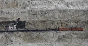 Грузовой состав у Стойленского горно-обогатительного комбината в Старом Осколе 4 августа 2015 года. Перевозки железными дорогами РФ в апреле 2017 года выросли на 3,9 процента до 105,3 миллиона тонн, сообщила железнодорожная монополия РЖД во вторник. REUTERS/Maxim Shemetov