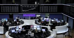 Las bolsas europeas avanzaban en las primeras operaciones del martes tras el paréntesis festivo de la víspera, impulsadas por una serie de favorables resultados de empresas. En la imagen, operadores en la bolsa de Fráncfort, el 27 de abril de 2017. REUTERS/Staff/Remote