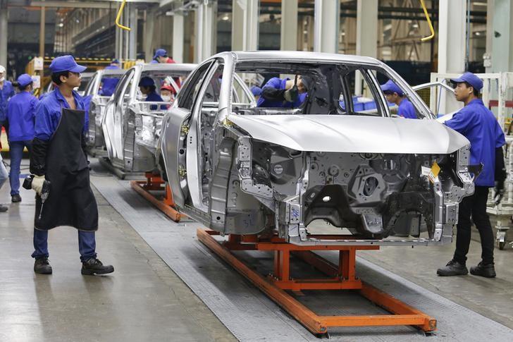 资料图片:比亚迪深圳工厂生产线。REUTERS/Bobby Yip