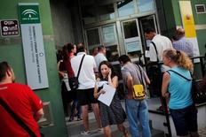 La tasa de desempleo de la zona euro se situó en marzo en el 9,5 por ciento, sin cambios frente al mes anterior, según los datos publicados el martes por Eurostat. En la foto de archivo, una mujer usa su móvil al salir de una oficina de empleo en Sevilla el 4 de julio de 2016. REUTERS/Jon Nazca