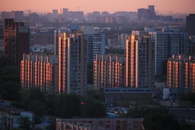 5月2日、中国で少なくとも6行の大手銀行の北京支店が1日から、初回もしくは2回目の住宅購入者に対する住宅ローン金利を引き上げたもようだ。北京で4月撮影(2017年 ロイター)