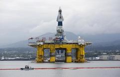 Буровая вышка компании Shell. Число буровых установок в США увеличивается пятнадцатую неделю подряд, но темпы роста в апреле снизились до минимума за пять месяцев из-за подешевевшей ниже $50 за баррель нефти.   REUTERS/Jason Redmond