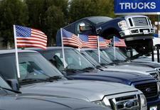 GM, Ford et Toyota, les trois principaux constructeurs automobiles aux Etats-Unis, ont fait état mardi d'une baisse de leurs ventes de voitures neuves en avril, un nouveau signe du ralentissement du marché après un long cycle de hausse. /Photo d'archives/REUTERS/Mike Blake