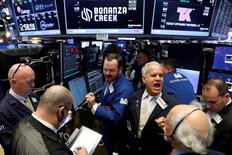 Трейдеры на Уолл-стрит. Американские фондовые индексы меняются слабо и разнонаправленно в ходе торгов вторника, при этом Nasdaq снизился после достижения очередного рекордного максимума при открытии в связи с началом двухдневного заседания ФРС США. REUTERS/Brendan McDermid