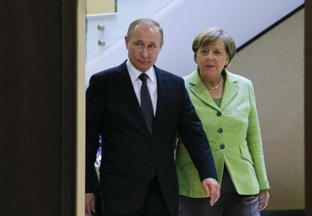 5月2日、ドイツのメルケル首相はロシアのプーチン大統領と協議した。写真はロシア南部ソチで同日代表撮影(2017年 ロイター)