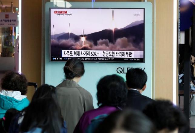 5月2日、米国は北朝鮮による度重なる弾道ミサイル発射を受けて、追加制裁など国連安保理による一段と強力な対応を巡り、中国と協議を進めている。写真はソウルでミサイル発射のTVニュースを見る人々。4月29日撮影(2017年 ロイター/Kim Hong-Ji)