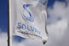 Solvay a annoncé mercredi prévoir d'atteindre ou de dépasser ses objectifs pour l'ensemble de l'année après avoir publié des résultats trimestriels supérieurs aux attentes des analystes et marqués par une croissance dans tous les segments. /Photo d'archives/REUTERS/Francois Lenoir